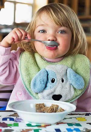 别嘴对嘴给幼儿喂食 容易传染胃病和蛀牙
