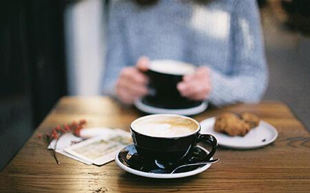 一天两杯喝咖啡减轻酒精肝损伤