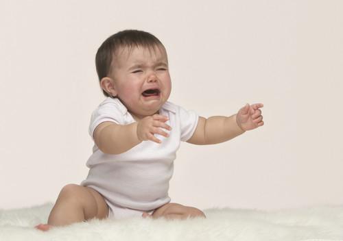 宝宝不小心摔下床了怎么办 如何紧急处理