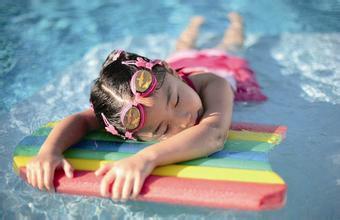 热天喜欢游泳,预防鼻子呛水耳朵进水怎么做