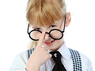 戴眼镜会让眼睛往外凸,是真的吗