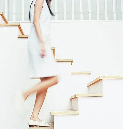 瘦腰的简单方法:隔阶跨越爬楼梯