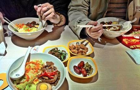 老人进餐不能马虎:早饭晚吃,晚饭早吃