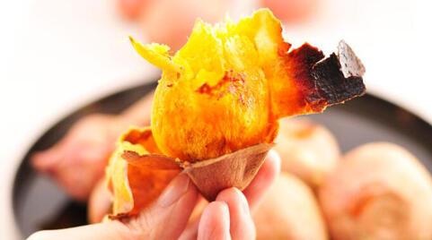 天冷烤红薯正当时,多吃暖身却伤胃
