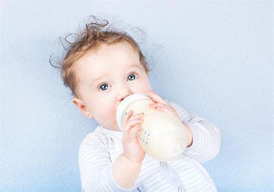 宝宝溢奶、呛奶,一招快速搞定