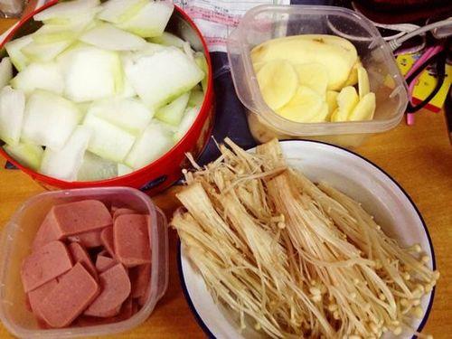 吃火锅少不了金针菇,但是很多人吃法是错的