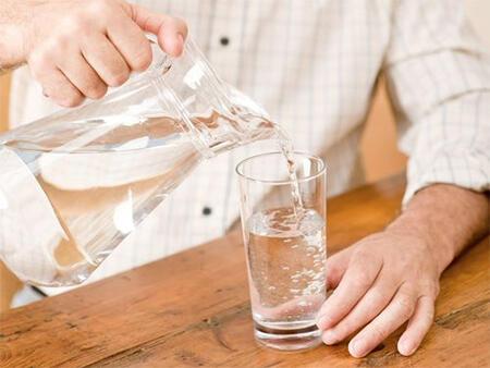 生病就要多喝水?吃这些药时不能热水送服