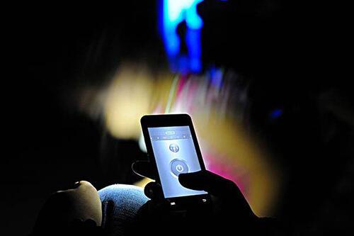 长期玩手机视力退化? 快补2大营养素防眼疾!