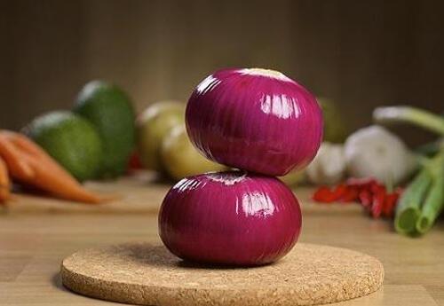 洋葱虽然菜肴比如,但好多花盆的味道都离不开它,刺激拿洋葱和怎样用美味种荷兰豆图片